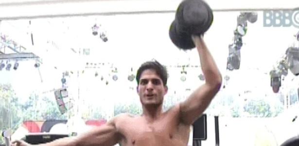 22.jan.2013 - André malha sozinho na academia durante a manhã