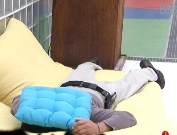 22.jan.2013 - Após meditar, Dhomini coloca uma almofada na cabeça e dorme do lado de fora da casa