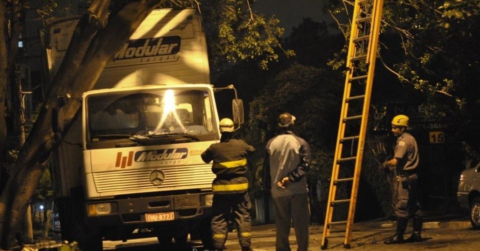 22.jan.2013 - Caminhão fica preso em árvore na rua Pedro Amatuzzi, na Vila Mariana, na zona sul de São Paulo. O Corpo de Bombeiros teve de ser chamado para cortar os galhos, facilitando a retirada do veículo do local. Ninguém ficou ferido