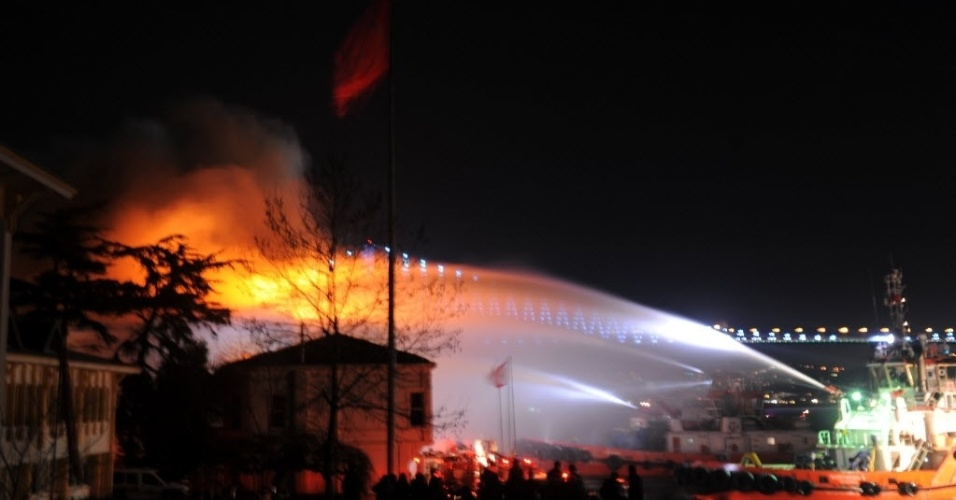22.jan.2013 -  Corpo de Bombeiros tenta conter incêndio na Universidade Galatasaray, em  Istambul (Turquia), nesta terça-feira (22)