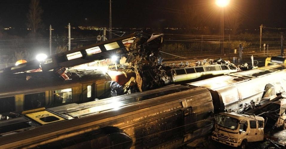 22.jan.2013 - Destroços de trem são vistos em estação ferroviária de Granja do Ulmeiro (Portugal). Dois trens de passageiros que transportavam 77 pessoas colidiram, ferindo 17 pessoas
