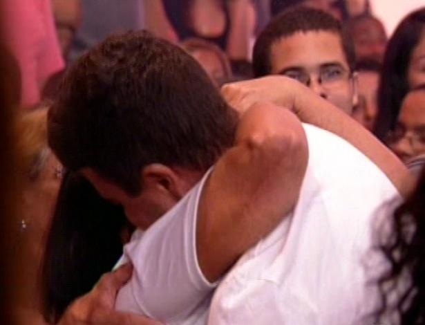 22.jan.2013 - Dhomini abraça mãe de Anamara na plateia em sua eliminação com 54% do reality