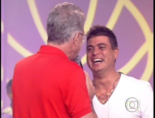 22.jan.2013 - Dhomini encontra o apresentador Pedro Bial ao sair da casa do
