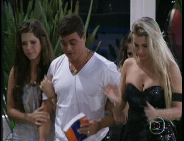22.jan.2013 - Andressa e Fernanda acompanham Dhomini, que foi eliminado com 54% dos votos.