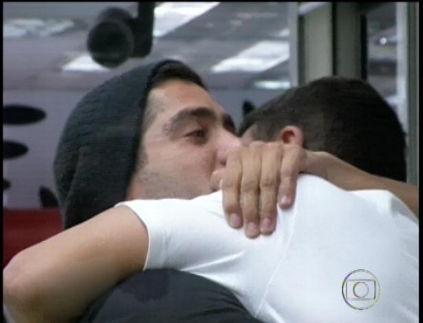 22.jan.2013 - Encontro de veteranos: Dhomini abraça Yuri.