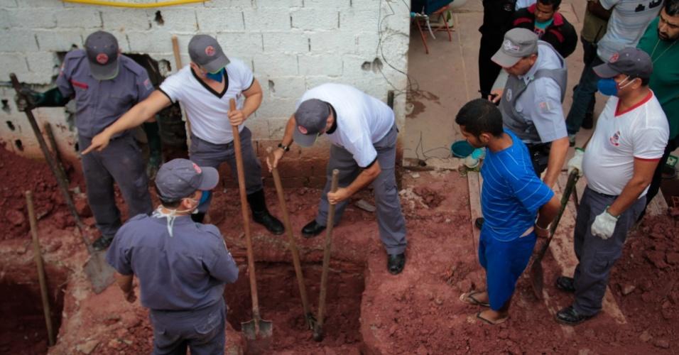 22.jan.2013 - Dois corpos foram encontrados enterrados no quintal de uma casa na rua das Orquídeas, no Parque Viviane, em Itaquaquecetuba (SP), após uma denúncia anônima