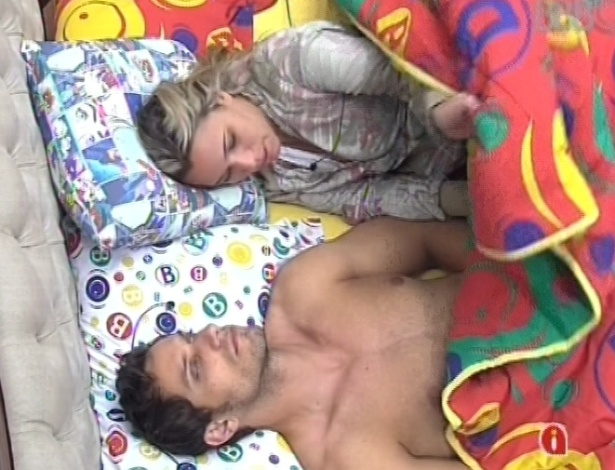 22.jan.2013 - Eliéser e Marien conversam antes de dormir na mesma cama