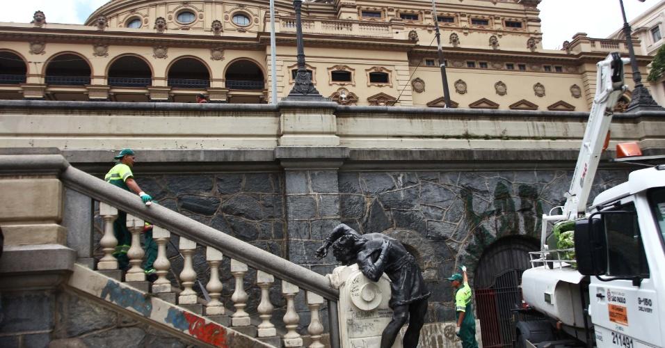 22.jan.2013 - Funcionários da prefeitura trabalham na limpeza dos monumentos da praça Ramos de Azevedo, no centro de São Paulo (SP), nesta terça-feira (22). A cidade de São Paulo comemora 459 anos na sexta-feira (25)