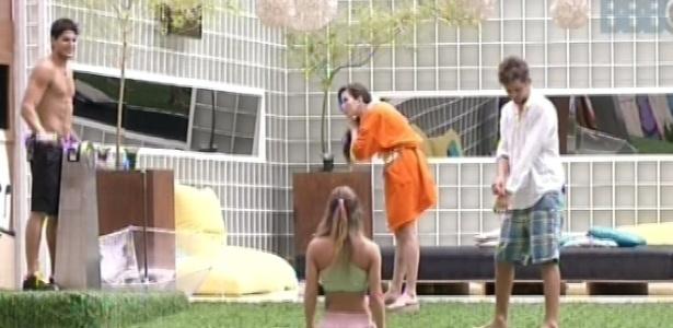 22.jan.2013 - Kamilla, Natália, André e Aslan conversam no quintal. Nati diz que Kamilla parece um pitbull trancada em uma gaiola