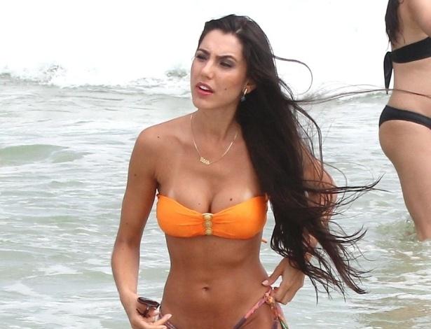 "22.jan.2013 - Kelly Baron, ex-participante da Casa de Vidro do ""Big Brother Brasil 13"", curtiu a praia do Pepê, zona oeste do Rio"