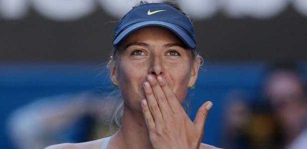 22.jan.2013 - Maria Sharapova manda seu tradicional beijinho aps vitria para comemorar o triunfo sobre Ekaterina Makarova