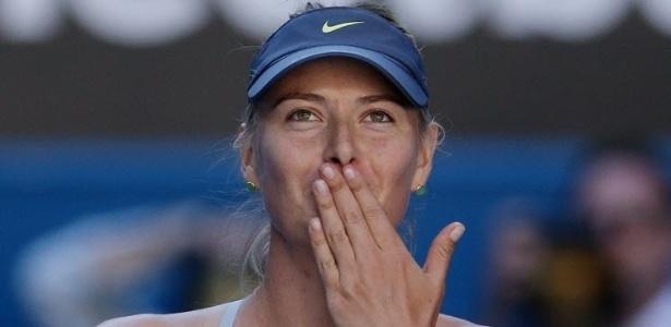 22.jan.2013 - Maria Sharapova manda seu tradicional beijinho após vitória para comemorar o triunfo sobre Ekaterina Makarova