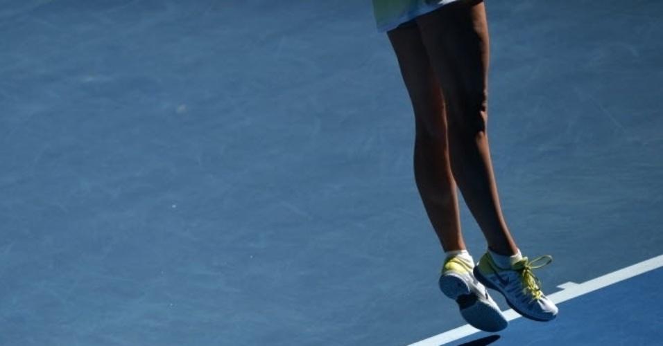22.jan.2013 - Maria Sharapova pula durante saque na partida em que venceu Ekaterina Makarova