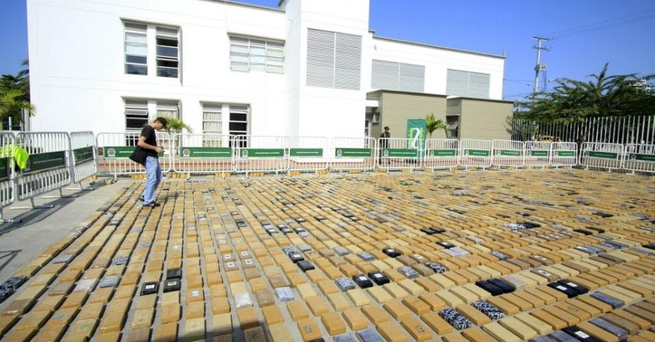 22.jan.2013 - Membros da polícia da Colômbia apresentam a apreensão de 3.826 quilos (3,8 toneladas) de cocaína que ocorreu nesta terça-feira (22), em Cartagena, na Colômbia. A droga foi encontrada pela polícia quando seria transportada para o México, em um dos terminais de transporte marítimo de Cartagena
