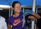 Chinesa Na Li tira o olho da bola e manda saque na arquibancada em jogo na Austrália