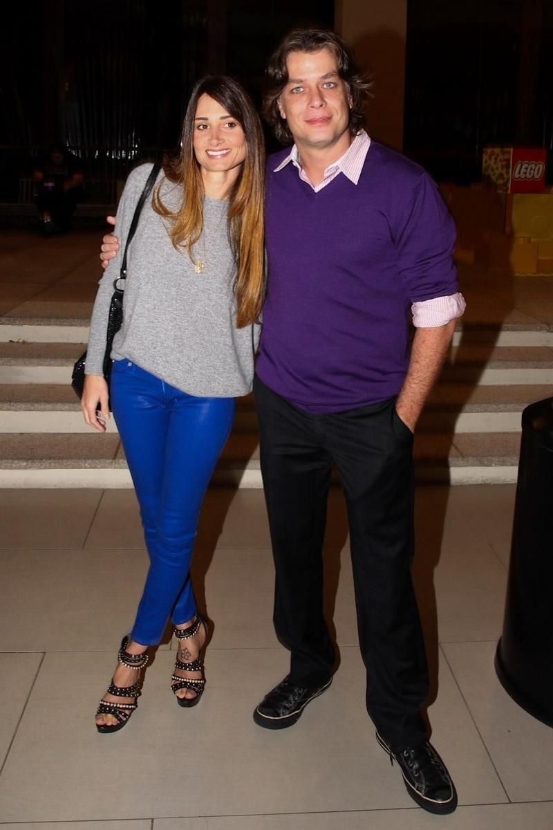 22.jan.2013 - O ator Fabio Assunção ao lado de sua mulher Karina Tavares durante a pré-estreia do filme
