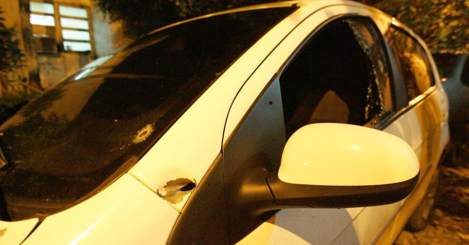 22.jan.2013 - O dentista Cristóvão da Silva Coura, de 36 anos, foi morto no fim da noite de segunda-feira (21) por bandidos que, numa motocicleta, atiraram contra ele na avenida Brasil, em Bonsucesso, zona norte do Rio de Janeiro. O crime aconteceu no trecho próximo à Linha Amarela, no sentido do centro da cidade. Cristóvão dirigia o seu pálio branco quando foi surpreendido pelos criminosos armados. Eles dispararam cinco tiros e três acertaram o dentista (um no rosto, um no ombro e o outro, num dos braços). Policiais civis informaram que a mulher da vítima é dona de uma empresa de segurança. Nada foi levado