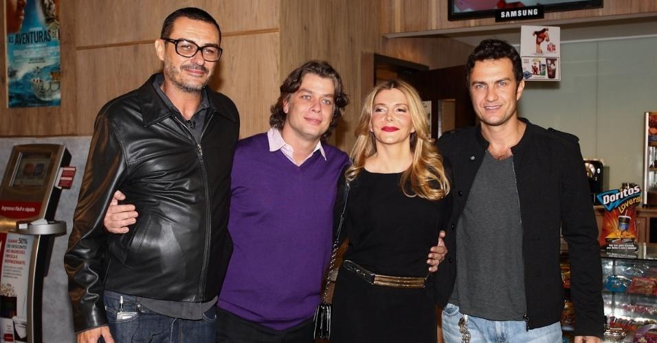 22.jan.2013 - O diretor Paulo Caldas (esquerda) ao lado dos atores Fábio Assunção, Maria Padilha e Gabriel Braga Nunes na pré-estreia do filme