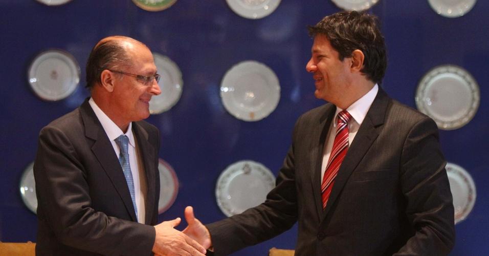 22.jan.2013 - O governador de São Paulo, Geraldo Alckmin (PSDB), e o prefeito de São Paulo, Fernando Haddad (PT), participam de reunião para anunciar parcerias entre o Estado e a prefeitura, no Palácio do Governo em São Paulo, SP, nesta terça-feira (22)