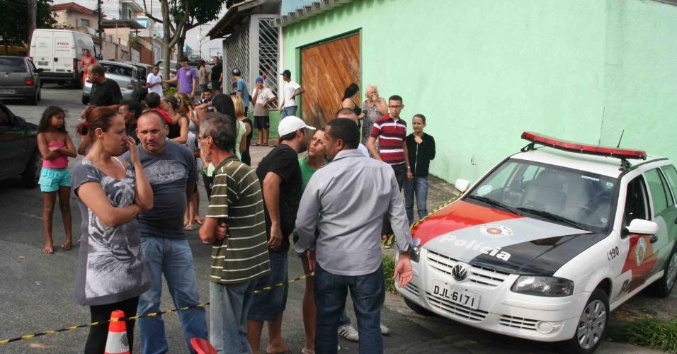 22.jan.2013 - Suspeito dispara três tiros em uma vítima e foge em um bar na rua Tanque Velho, no bairro Vila Nivi, zona norte de São Paulo (SP), nesta terça-feira (22)