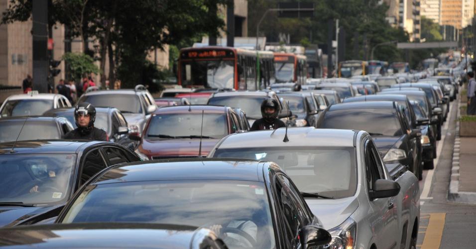 22.jan.2013 - Tráfego intenso de veículos na região da avenida Paulista,  em São Paulo