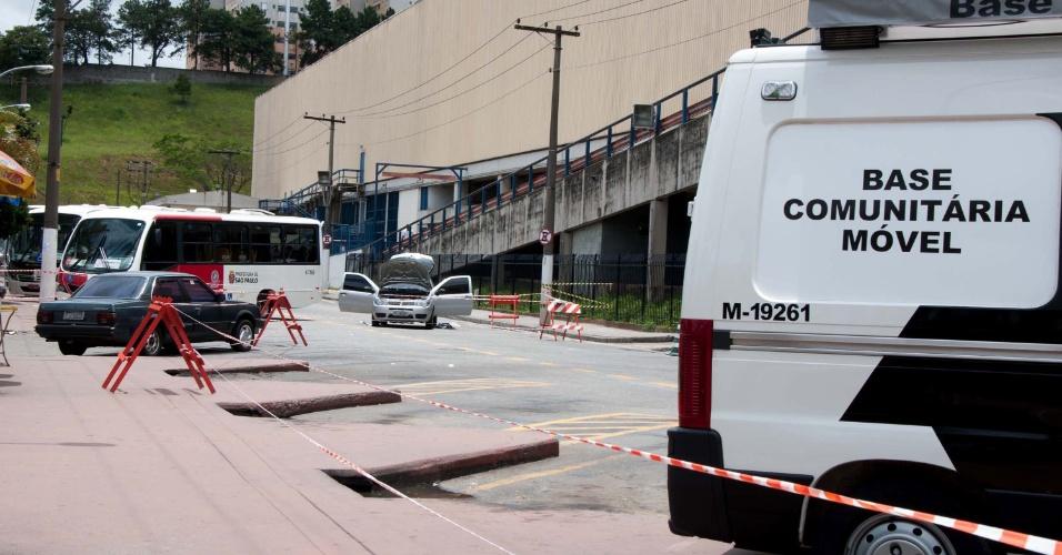 22.jan.2013 - Três suspeitos são presos após um assalto a uma loja do shopping Aricanduva, na zona leste de São Paulo (SP), por volta das 11h desta terça-feira (22). De acordo com o centro comercial, na área externa do empreendimento, houve uma troca de tiros que deixou um segurança e um suspeito feridos sem gravidade