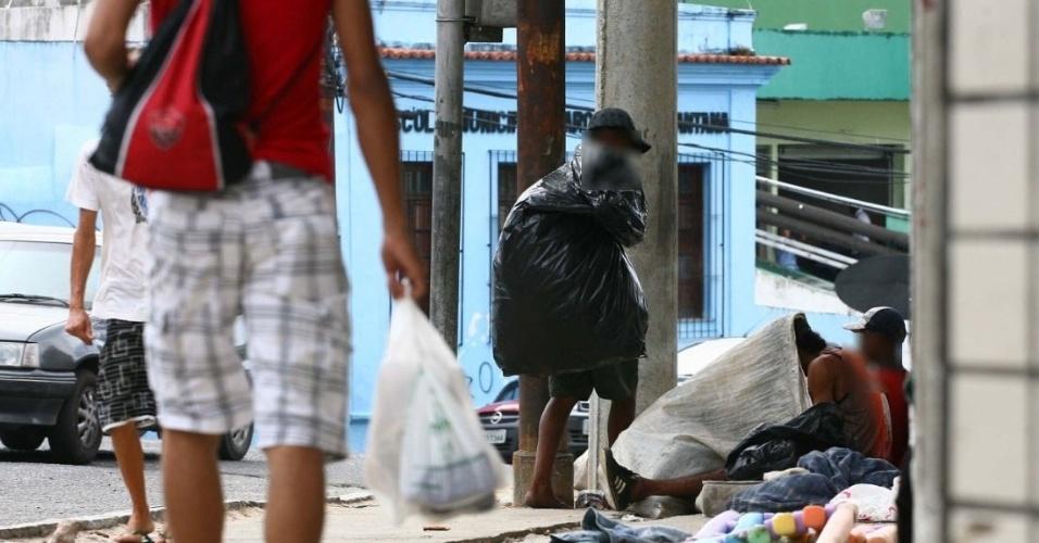 Usuários de crack na ladeira de Santana, próximo ao fórum Rui Barbosa, em Salvador, nesta terça-feira (22). Assim como em São Paulo, que  passou a internar compulsoriamente os dependentes químicos, o Estado da Bahia também vai  adotar a medida