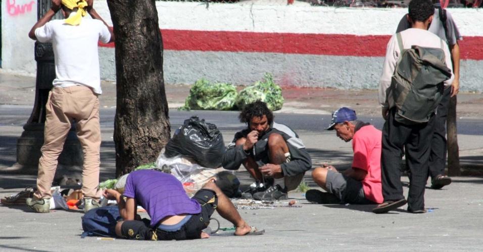 22.jan.2013 - Usuários de crack permanecem na região conhecida como Cracolândia, no centro de São Paulo, nesta terça-feira (22). Com a polêmica gerada pela internação compulsória, o governo decidiu evitar o uso da força policial nas abordagens