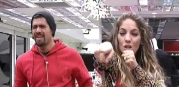 22.jan.2013 - Yuri e Anamara dançam ao som da música de Ivete Sangalo que Kamilla está cantando