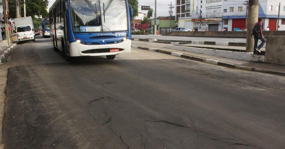 22.jan.2013- Novas rachaduras já se formam no mesmo trecho em que uma cratera se abriu no último dia 17, na rua Rudge, região central de São Paulo. A pista foi liberada esta semana