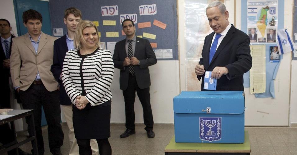 22.jan.2013- O primeiro-ministro de Israel, Benjamin Netanyahu, vota acompanhado da família, a mulher Sara e os dois filhos, em um colégio eleitoral de Jerusalém. Mais de 5,5 milhões de israelenses devem ir às urnas. Pesquisas recentes apontaram o primeiro-ministro, Benjamin Netanyahu, como favorito
