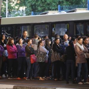 Passageiros lotaram o terminal de ônibus Campo Limpo, na zona sul de São Paulo, em 22 de janeiro. Os moradores da zona oeste enfrentaram problemas devido à greve de motoristas e cobradores da viação Transpass, que pedem reajuste salarial