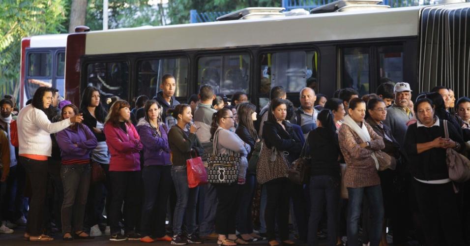 22.jan.2013- Passageiros lotam o terminal de ônibus Campo Limpo, na zona sul de São Paulo. Os moradores da zona oeste enfrentam problemas devido à greve de motoristas e cobradores da viação Transpass, que pedem reajuste salarial. A greve afeta 52 linhas de ônibus