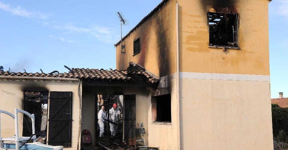22.jan.2013- Policiais franceses buscam evidências em uma em Garons, no sul da França, onde cinco pessoas foram encontradas mortas. A casa pegou fogo. Os corpos de dois adultos e três crianças foram encontrados por um bombeiro após o chamado de um vizinho