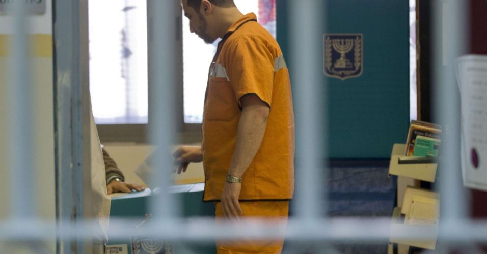 22.jan.2013- Presidiário vota em urna instalada no presídio Hasharon, em Hadarim, cidade na região central de Israel. Mais de 5,5 milhões de israelenses devem ir às urnas. Pesquisas recentes apontaram o primeiro-ministro, Benjamin Netanyahu, como favorito