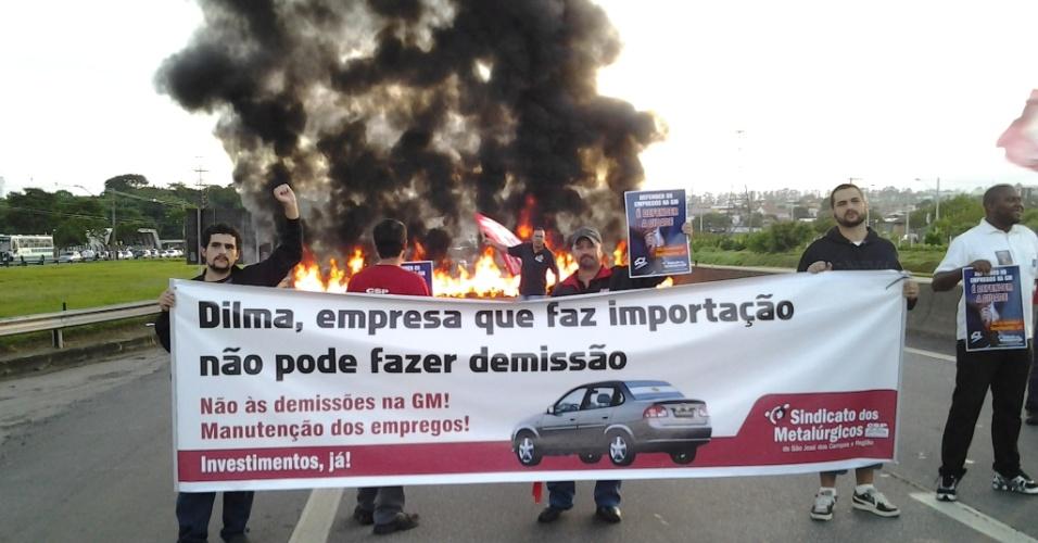 22.jan.2013- Um protesto de metalúrgicos bloqueia o km 142 da Via Dutra, em São José dos Campos(SP). Os manifestantes protestam contra o plano de demissões da General Motors (GM). Pelo menos 1.500 empregos estariam em risco na unidade depois que três dos quatro modelos fabricados na linha deixaram de ser produzidos