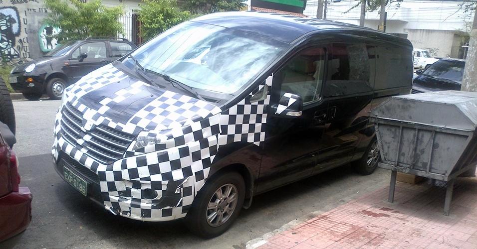 A van JAC Refine foi vista, ainda camuflada, pelo leitor Ricardo Vargas da Silva na rua Sebastião Bach, na Vila Leopoldina, em SP, próxima à sede da marca