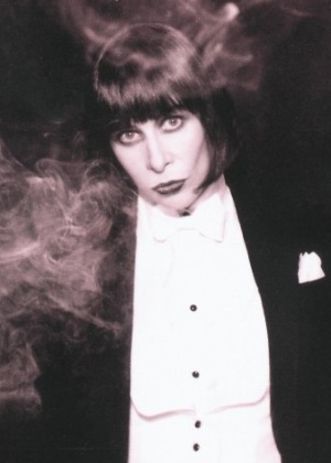 "Rita Lee posou de smoking na capa do disco ""Santa Rita de Sampa"", de 1997"