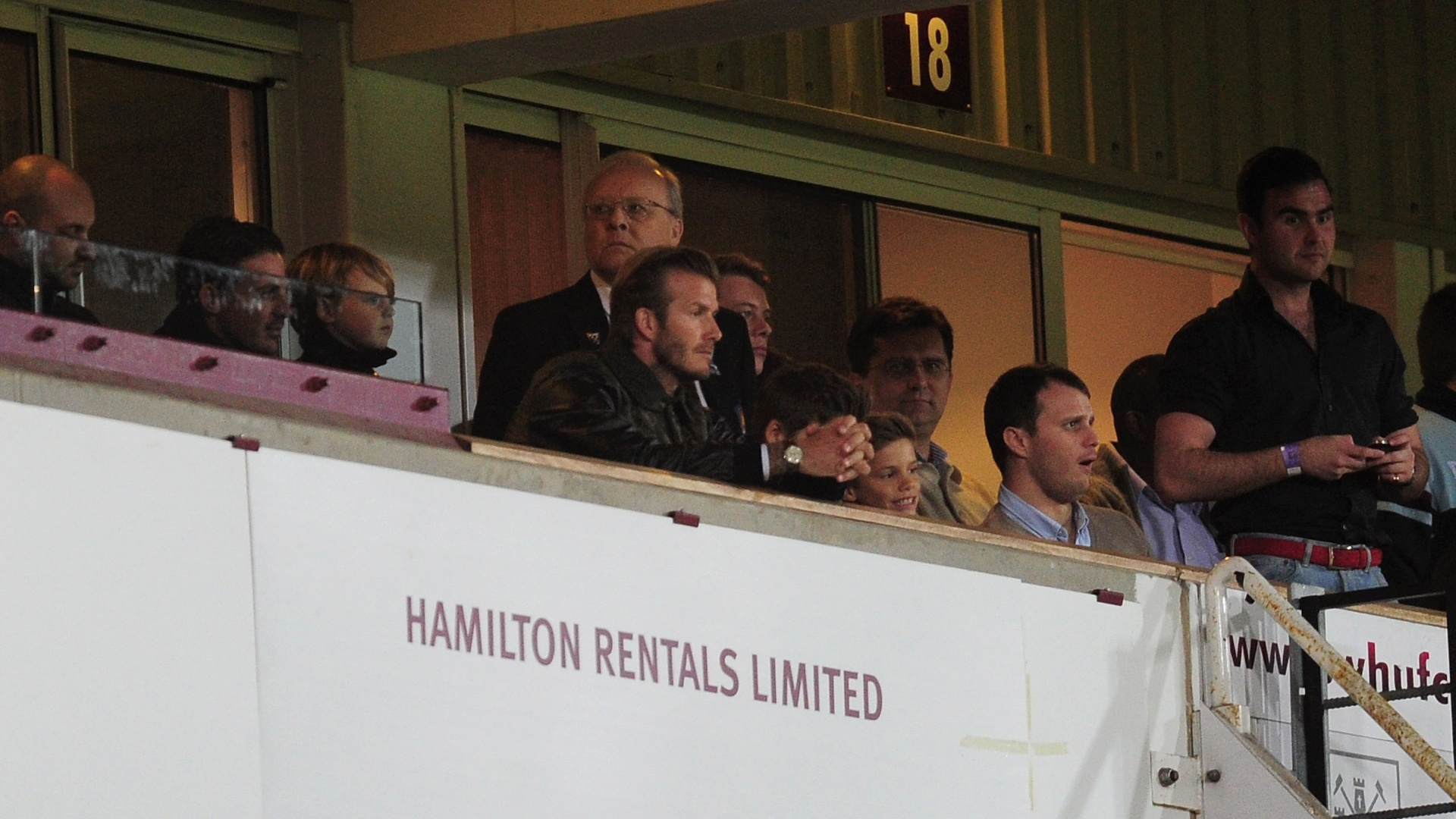 05.jan.2013 - David Beckham acompanha a partida entre Manchester United e West Ham, pela Copa da Inglaterra