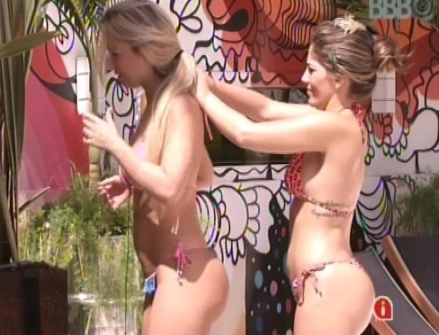22.jan.2013 - Anamara ajuda a amarrar o biquíni de Fernanda. As duas tentam se bronzear com o sol forte
