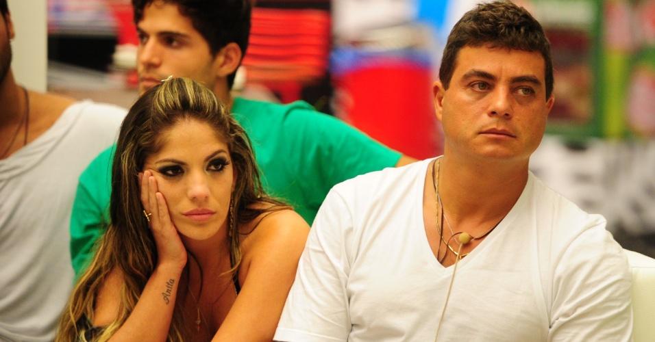 22.jan.2013 - Anamara e Dhomini aguardam divulgação do segundo eliminado