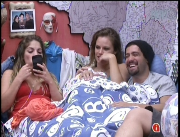 22.jan.2013 - Anamara, Natalia e Yuri conversam e se divertem antes de dormir