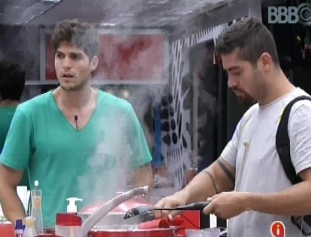 22.jan.2013 - André e Yuri cozinham batata-doce para comer no café da manhã