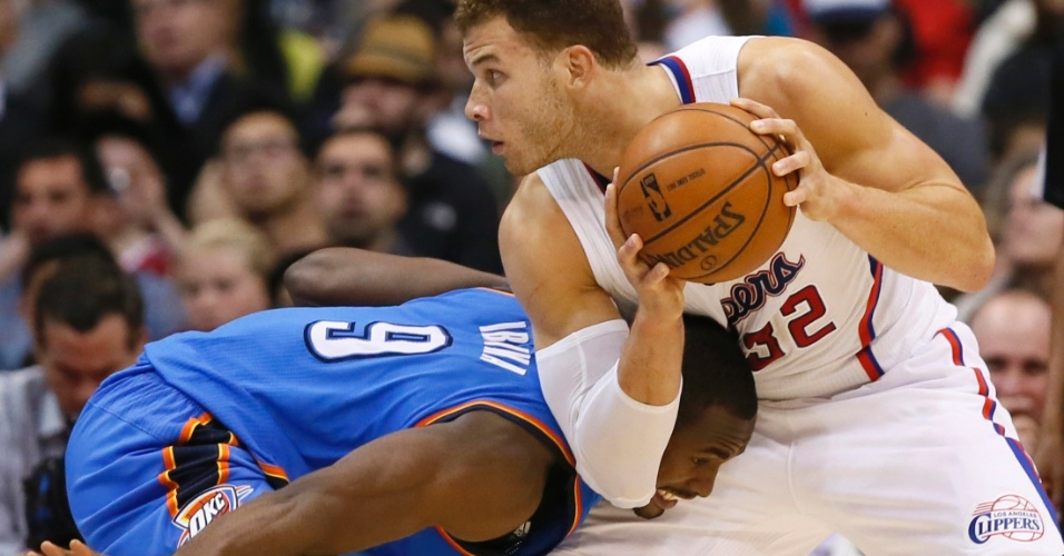 22.jan.2013 - Blake Griffin é marcado por Serge Ibaka na derrota do Los Angeles Clippers para o Oklahoma City Thunder