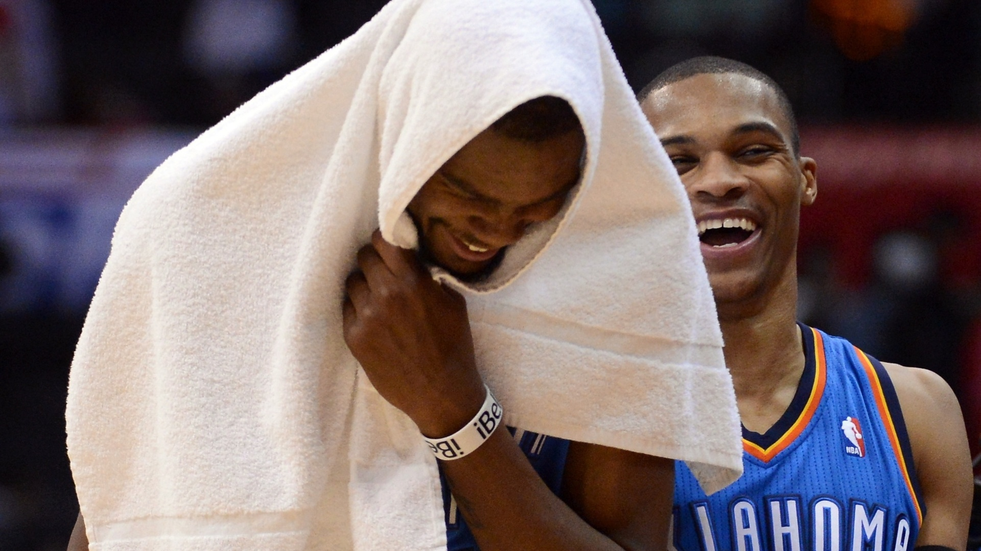22.jan.2013 - Kevin Durant e Russell Westbrook sorriem durante a vitória do Oklahoma City Thunder sobre o Los Angeles Clippers