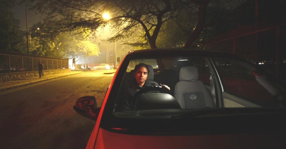 23.jan.2013 - Chandani, 22, que trabalha como motorista de táxi para uma empresa que presta serviços exclusivamente para mulheres, fica dentro de seu carro em uma rua de Nova Déli, na Índia. Ela afirma que a demanda pelo serviços da empresa de táxi cresceram após o estupro da estudante de 23 anos em um ônibus de Nova Déli, em dezembro de 2012