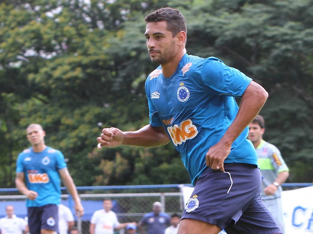 23.jan.2013 - Diego Souza, do Cruzeiro, em ao durante o jogo-treino contra o Tupi, na Toca da Raposa I