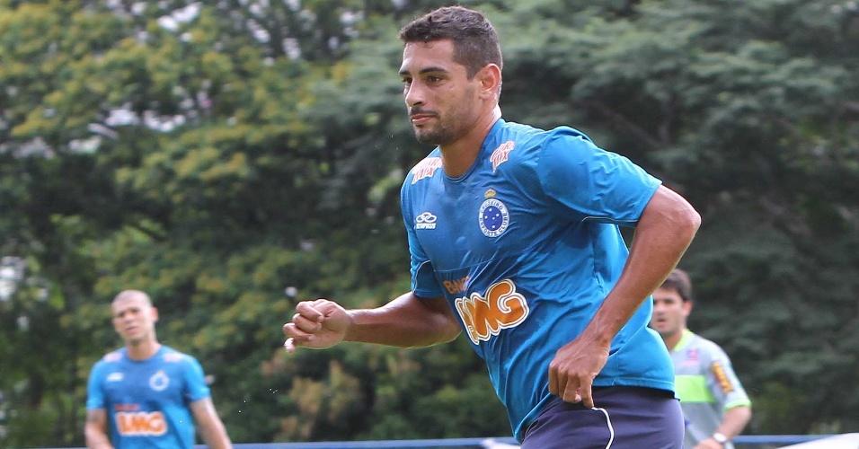 23.jan.2013 - Diego Souza, do Cruzeiro, em ação durante o jogo-treino contra o Tupi, na Toca da Raposa I