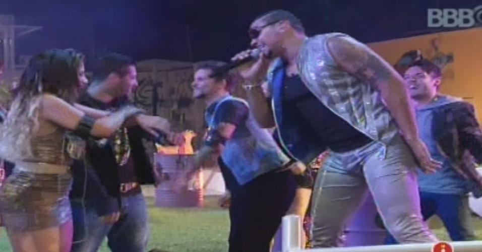 """23.jan.2013 - Em show no """"BBB13"""", Naldo sai do palco e vai para o meio dos participantes"""