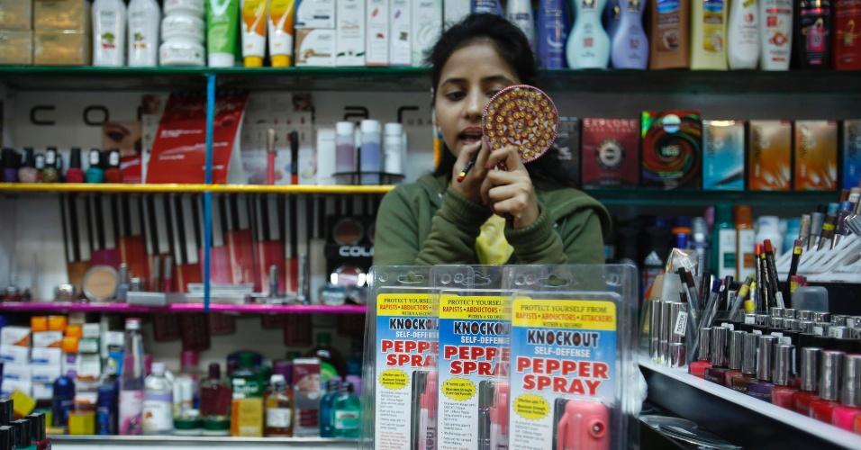 23.jan.2013 - Frascos de spray de pimenta são vendidos em loja de produtos de beleza, em Nova Déli, na Índia. Após os recentes casos de estupro dna Índia, a questão da segurança das mulheres passou a ser discutida por todo o país